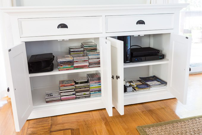 """The white buffet is transformed into TV wall furniture that houses the TV components. """"Class ="""" wp-image-52190 """"srcset ="""" https://inmyownstyle.com/wp-content/uploads/2019/03/What-is -the-best-white-furniture-for-a-living-room-1461 .jpg 680w, https://inmyownstyle.com/wp-content/uploads/2019/03/Was-is-the-best-white- Furniture-for-a-living-room-1461-300x200.jpg 300w, https: / /inmyownstyle.com/wp-content/uploads/2019/03/Was-is-best-white-furniture-for-a-home-room-1461-600x400.jpg 600w """"sizes ="""" (max-width: 680px) 100vw, 680px"""
