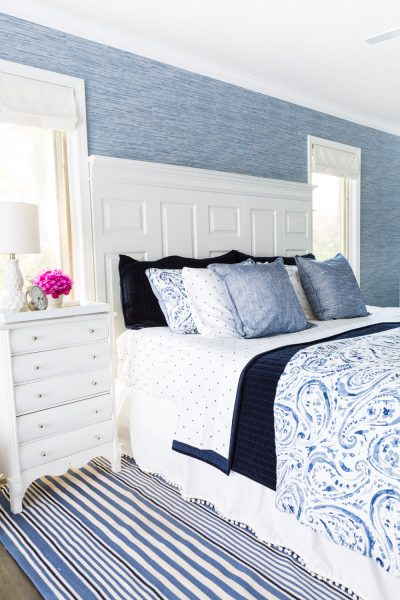 Bedroom decorated using blue and white color palette