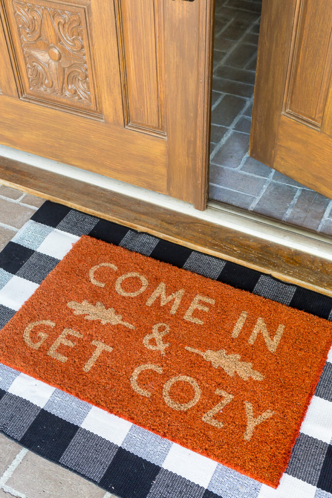 """Come in and get a cozy orange doormat on the porch of your home. """"Class ="""" wp-image-56226 """"srcset ="""" https://inmyownstyle.com/wp-content/uploads/2019/09/Fall-Home- Tour-2019-221-of-24-683x1024.jpg 683w, https://inmyownstyle.com/wp-content/uploads/2019/09/Fall-Home-Tour-2019-221-of-24-200x300.jpg 200w, https://inmyownstyle.com/wp-content/uploads /2019/09/Fall-Home-Tour-2019-221-of-24-768x1152.jpg 768w, https://inmyownstyle.com/wp-content / uploads / 2019/09 / Fall-Home-Tour-2019- 221-of-24-400x600.jpg 400w, https://inmyownstyle.com/wp-content/uploads/2019/09/Fall-Home-Tour- 2019-221-of-24.jpg 900w """"sizes ="""" ( maximum width: 683px) 100vw, 683px"""