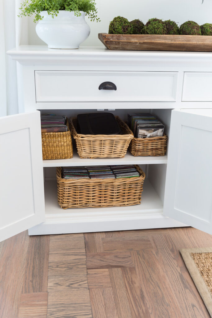 """Storage baskets in a sideboard cabinet. """"Class ="""" wp-image-56089 """"srcset ="""" https://inmyownstyle.com/wp-content/uploads/2019/09/Thrift-store-basket-storage-organizers-210-from- 19-683x1024.jpg 683w, https://inmyownstyle.com/wp-content/uploads/2019/09/Thrift-store-basket-storage-organizers-210-of-19-200x300.jpg 200w, https://inmyownstyle.com/wp -content / uploads / 2019/09 / Thrift-store-basket-storage-organizers-210-of-19-768x1152.jpg 768w, https://inmyownstyle.com/wp-content/uploads/1909/09/ Thrift- store-basket-storage-organizers-210-of-19-400x600.jpg 400w, https://inmyownstyle.com/wp-content/uploads/2019/09/Thrift-store-basket-Organizers-210-of -19.jpg 900 W """"Sizes ="""" (maximum width: 683px) 100 Vw, 683px"""