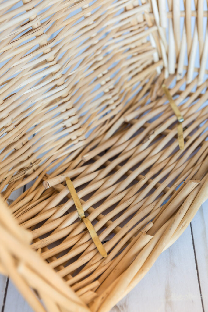 """Attaching a label with a brass closure to a storage basket. """"Class ="""" wp-image-56112 """"srcset ="""" https://inmyownstyle.com/wp-content/uploads/2019/09/Thrift-store-basket-Storage-Organizers-214-of-19-683x1024.jpg 683w, https://inmyownstyle.com/wp-content/uploads/2019/09/Thrift-store-basket-storage-organizers-214-of-19- 200x300.jpg 200w, https://inmyownstyle.com/wp -content / uploads / 2019/09 / Thrift-store-basket-storage-organizers-214-of-19-768x1152.jpg 768w, https: // inmyownstyle. en / wp-content / uploads / 2019/09 / Thrift-store-basket-storage-organizers-214-of-19-400x600.jpg 400w, https://inmyownstyle.com/wp-content/uploads/2019/09 /Thrift-store-basket-storage-organizers-214-of-19.jpg 900w """"sizes ="""" (maximum width: 683px) 100vw, 683px"""
